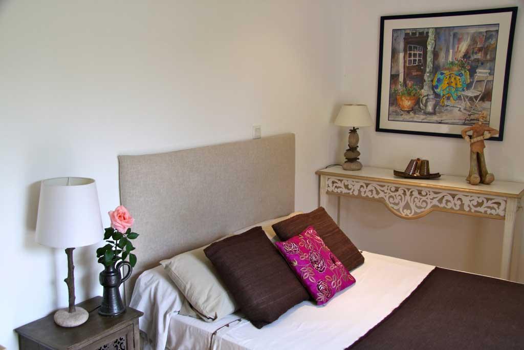 chambre d hotes le clos des pins brindas pr s de lyon bed and breakfast. Black Bedroom Furniture Sets. Home Design Ideas
